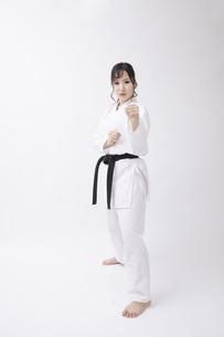 道着を着た若い日本人女性の写真素材 [FYI04533582]