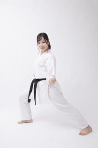 道着を着た若い日本人女性の写真素材 [FYI04533583]