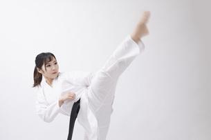 道着を着た若い日本人女性の写真素材 [FYI04533584]