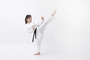 道着を着た若い日本人女性の写真素材 [FYI04533585]