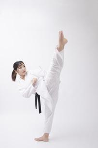 道着を着た若い日本人女性の写真素材 [FYI04533586]