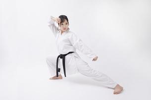 道着を着た若い日本人女性の写真素材 [FYI04533587]