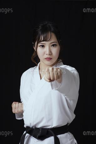 道着を着た若い日本人女性の写真素材 [FYI04533588]