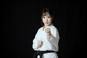 道着を着た若い日本人女性の写真素材 [FYI04533589]