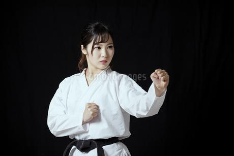 道着を着た若い日本人女性の写真素材 [FYI04533590]