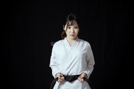 道着を着た若い日本人女性の写真素材 [FYI04533591]