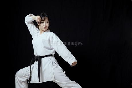 道着を着た若い日本人女性の写真素材 [FYI04533593]