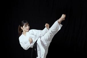 道着を着た若い日本人女性の写真素材 [FYI04533594]