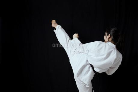道着を着た若い日本人女性の写真素材 [FYI04533595]