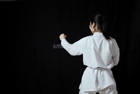道着を着た若い日本人女性の写真素材 [FYI04533596]
