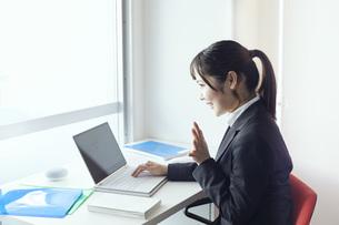 パソコンでリモート会議をする若い日本人女性の写真素材 [FYI04533644]