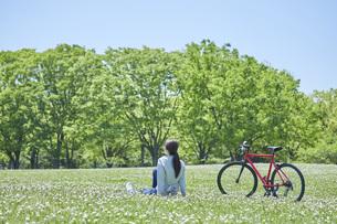 休日にサイクリングを楽しむ若い女性の写真素材 [FYI04533691]