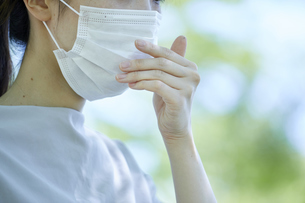 マスクをつけた若い日本人の女性の写真素材 [FYI04533705]