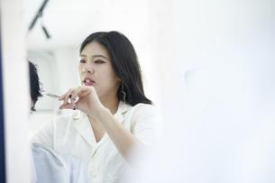 美容室で髪の毛を切る爽やかな美容師の写真素材 [FYI04533739]