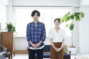 爽やかな笑顔の二人の美容師の写真素材 [FYI04533763]