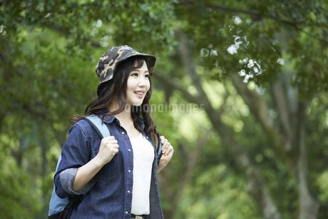 ハイキングを楽しむ若い日本人女性の写真素材 [FYI04533786]