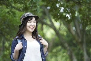 ハイキングを楽しむ若い日本人女性の写真素材 [FYI04533787]