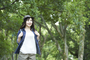 ハイキングを楽しむ若い日本人女性の写真素材 [FYI04533788]