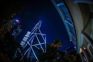香港特別行政区の高層ビル群の夜景の写真素材 [FYI04533840]