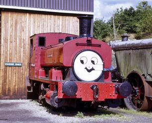 イギリス 湖水地方 ハーバースウェート駅の古い蒸気機関車の顔のペイントの写真素材 [FYI04534180]