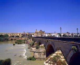 スペイン コルドバのローマ橋の写真素材 [FYI04534184]