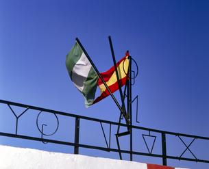 スペイン ミハスの青空と旗の写真素材 [FYI04534283]