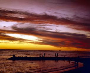 ハワイ州 オアフ島 ワイキキビーチの夕日の写真素材 [FYI04534328]