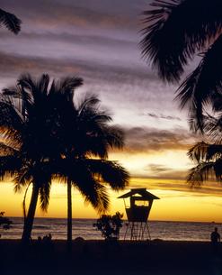 ハワイ州 オアフ島 ワイキキビーチの夕日の写真素材 [FYI04534330]