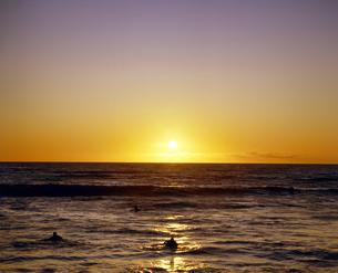 ハワイ州 オアフ島 ワイキキビーチの夕日の写真素材 [FYI04534331]