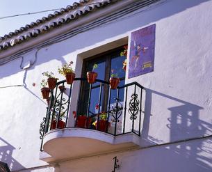 スペイン 白壁の家のベランダの写真素材 [FYI04534360]
