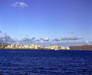 ハワイ州 オアフ島 海から見たワイキキの高層ビル群の写真素材 [FYI04534373]