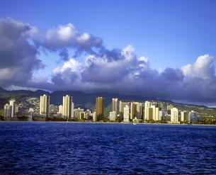 ハワイ州 オアフ島 海から見たワイキキの高層ビル群の写真素材 [FYI04534374]