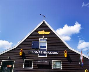 オランダ ザーンセスカンスのお土産物屋の木靴の看板の写真素材 [FYI04534392]