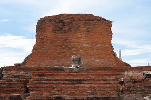 ワット・プラ・マハータート アユタヤにある頭のない仏像と遺跡の写真素材 [FYI04534427]