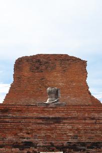 ワット・プラ・マハータート アユタヤにある頭のない仏像と遺跡の写真素材 [FYI04534428]