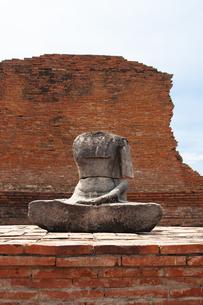 ワット・プラ・マハータート アユタヤにある頭のない仏像と遺跡の写真素材 [FYI04534429]