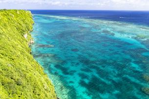 伊良部島の断崖絶壁から美しいサンゴ礁の海の写真素材 [FYI04534443]