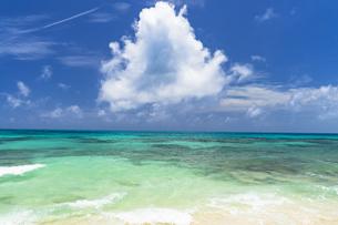 来間島・長間浜の美しいサンゴ礁の海の写真素材 [FYI04534489]