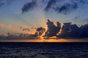 来間島の長間浜のサンセット風景の写真素材 [FYI04534550]
