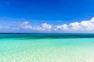 下地島・17エンドの美しいサンゴ礁の海の写真素材 [FYI04534562]