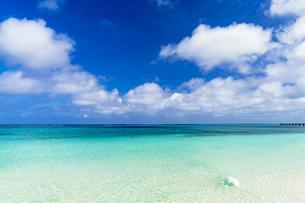 下地島・17エンドの美しいサンゴ礁の海の写真素材 [FYI04534569]
