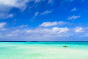 下地島・17エンドの美しいサンゴ礁の海の写真素材 [FYI04534571]