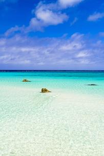 下地島・17エンドの美しいサンゴ礁の海の写真素材 [FYI04534574]