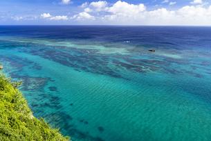 伊良部島の断崖絶壁よりサンゴ礁の海の写真素材 [FYI04534588]