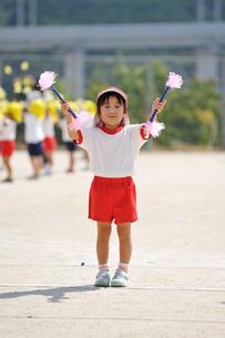 お遊戯を披露する幼稚園児の写真素材 [FYI04534687]
