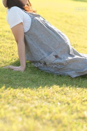 草原に座る妊婦の写真素材 [FYI04534689]