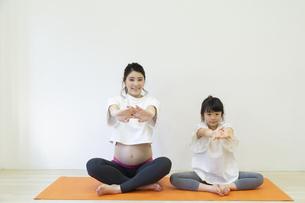 ストレッチをする親子の写真素材 [FYI04534740]