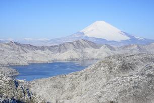 神奈川県 雪の箱根外輪山より富士山の写真素材 [FYI04534913]