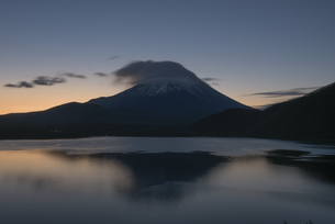 本栖湖からの富士山朝景の写真素材 [FYI04535192]