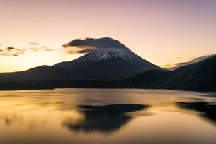 本栖湖からの富士山朝景の写真素材 [FYI04535193]